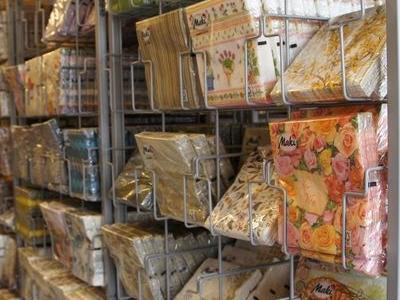 kolorowe kartki podarunkowe na sklepowej półce