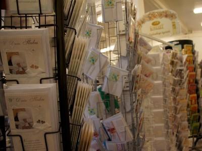 kolorowe kartki podarunkowe na sklepowej półce 3