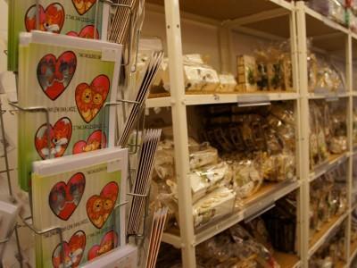 kolorowe kartki podarunkowe na sklepowej półce 4